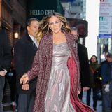Bei Sarah Jessicasschwungvollen Gang erhaschen wir einen Blick auf ihr auffälliges Glitzer-Dress mitzarter Raffung am Dekolleté. Stilvoll und auffällig zugleich - ein Look ganz nach unseremGeschmack also!