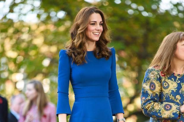 Catherine trägt ein Kleid von Jenny Packham, das mit kleinen Details verzaubert. Der Schnitt betont die schmale Taille der dreifachen Mutter. Dazu kombiniert sie beigefarbene Accessoires. Doch Moment mal, irgendwie kommt uns dieses Kleid doch bekannt vor ...