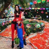 Alessandra Ambrosio und Söhnchen Noah machen die Straßen an Halloweenals Ninjawarrior und Super Mario