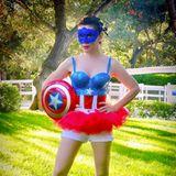 Schauspielerin Alyssa Milano in einem heißen Captail America Kostüm.