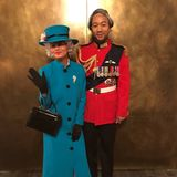 Wie lustig ist das denn bitte?! Chrissy Teigen und John Legend als die britische Queen Elizabeth und Prinz Charles.