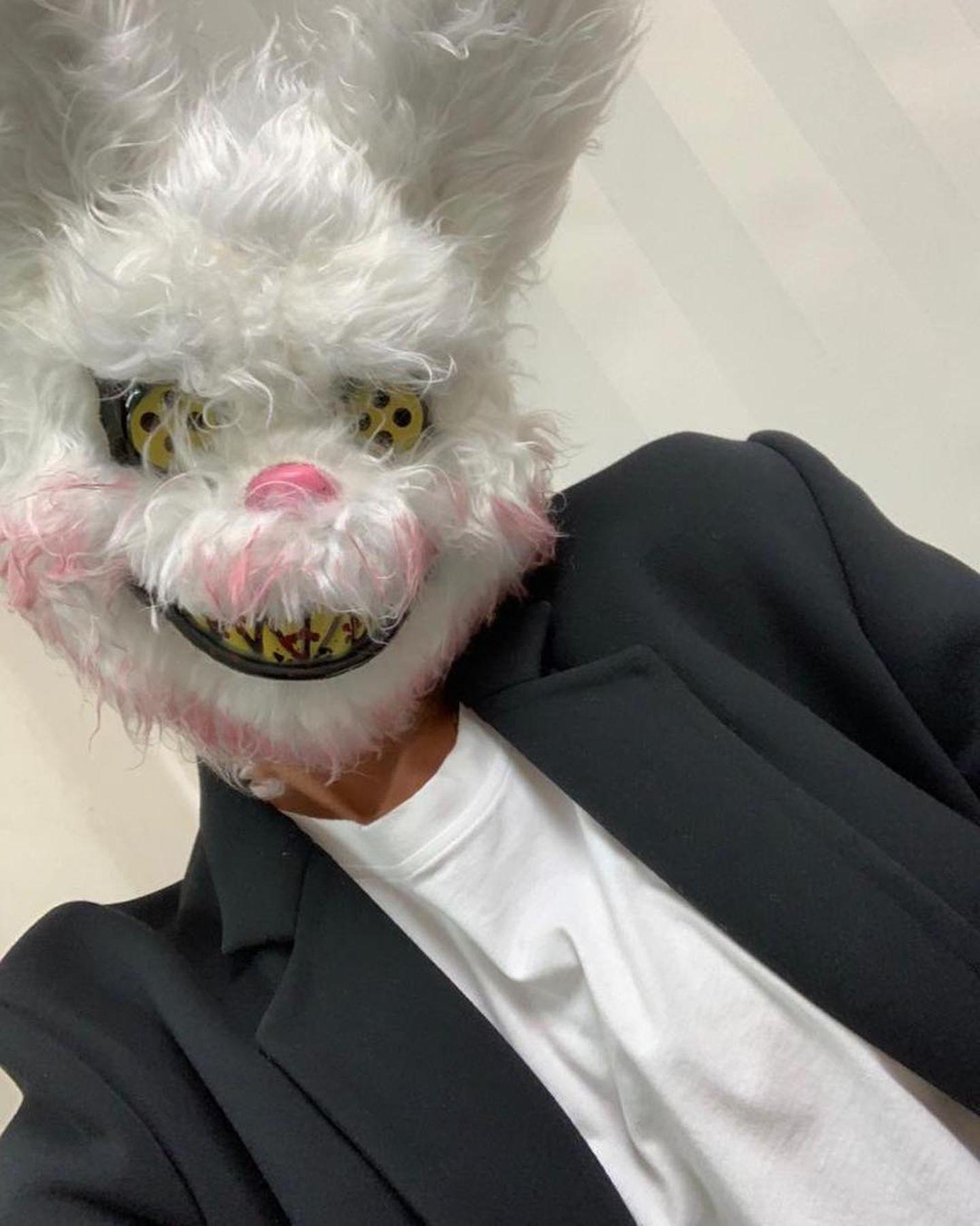 Huch, wer hat sich denn unter dieser Horror-Hasen-Maske versteckt?Keine Geringere als Modedesignerin Victoria Beckham! Die sonst so stylische Designerin zeigt sich an Halloween mal ganz ungewohnt.