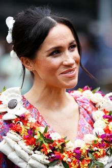 Im Rahmen ihres Besuches auf den Fidschi-Inseln bezaubert Herzogin Meghan unter anderem mit dieser besonderen Hochsteckfrisur. Ein Werk ihres Hair-StylistenGeorge Northwood. Besonders von hinten ist diese Frisur ein echter Hingucker ...