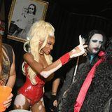 Winnie Harlow hält ihr Kostüm à la Ru Paul in vielen Selfies fest. Besonders ihre helle Perücke macht was her.