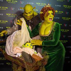 Selber kommt Heidi Klum als Oger-Prinzessin Fiona zu ihrer Feier. Ihr Liebster, Tom Kaulitz, gibt passend dazu Shrek ab. Für den Nachwuchs haben sie ebenfalls gesorgt. Mit Puppen erscheinen sie auf dem roten Teppich.