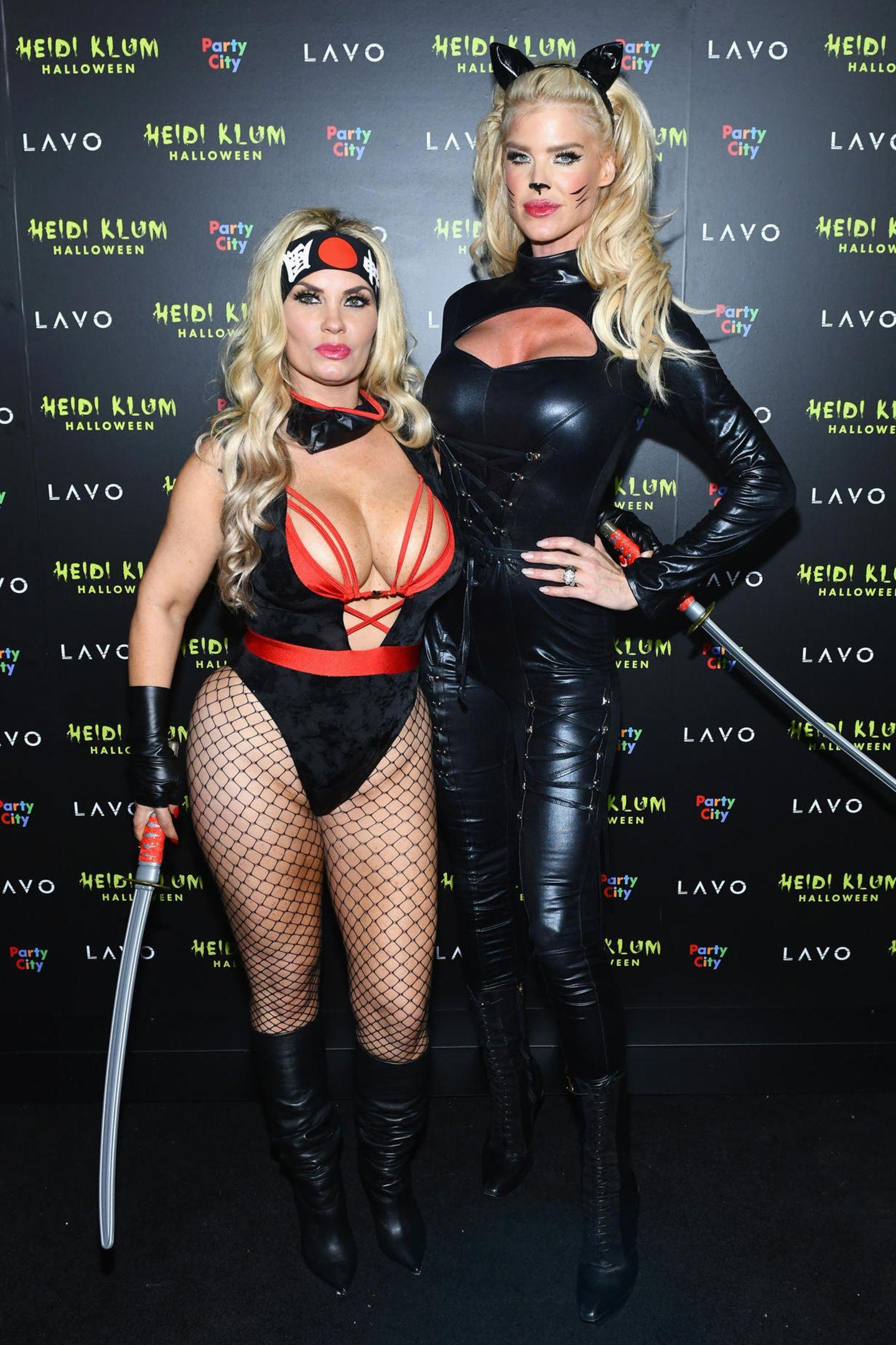 Coco Austin und Victoria Silvstedt gehen dem Brauch nach, an Halloween in ein sexy Kostüm zu schlüpfen. Den einzigen Grusel-Faktor bringen die Ninja-Schwerter mit sich.