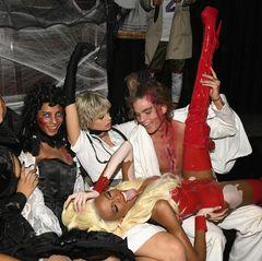So richtig wild geht es bei Winnie Harlow und ihrer Gang zu. Zusammen mit Danielle Herrington, Amelia Rami, Jessica Clarke und Jordan Barrett bringt sie den Club besonders in (Grusel-)Stimmung.