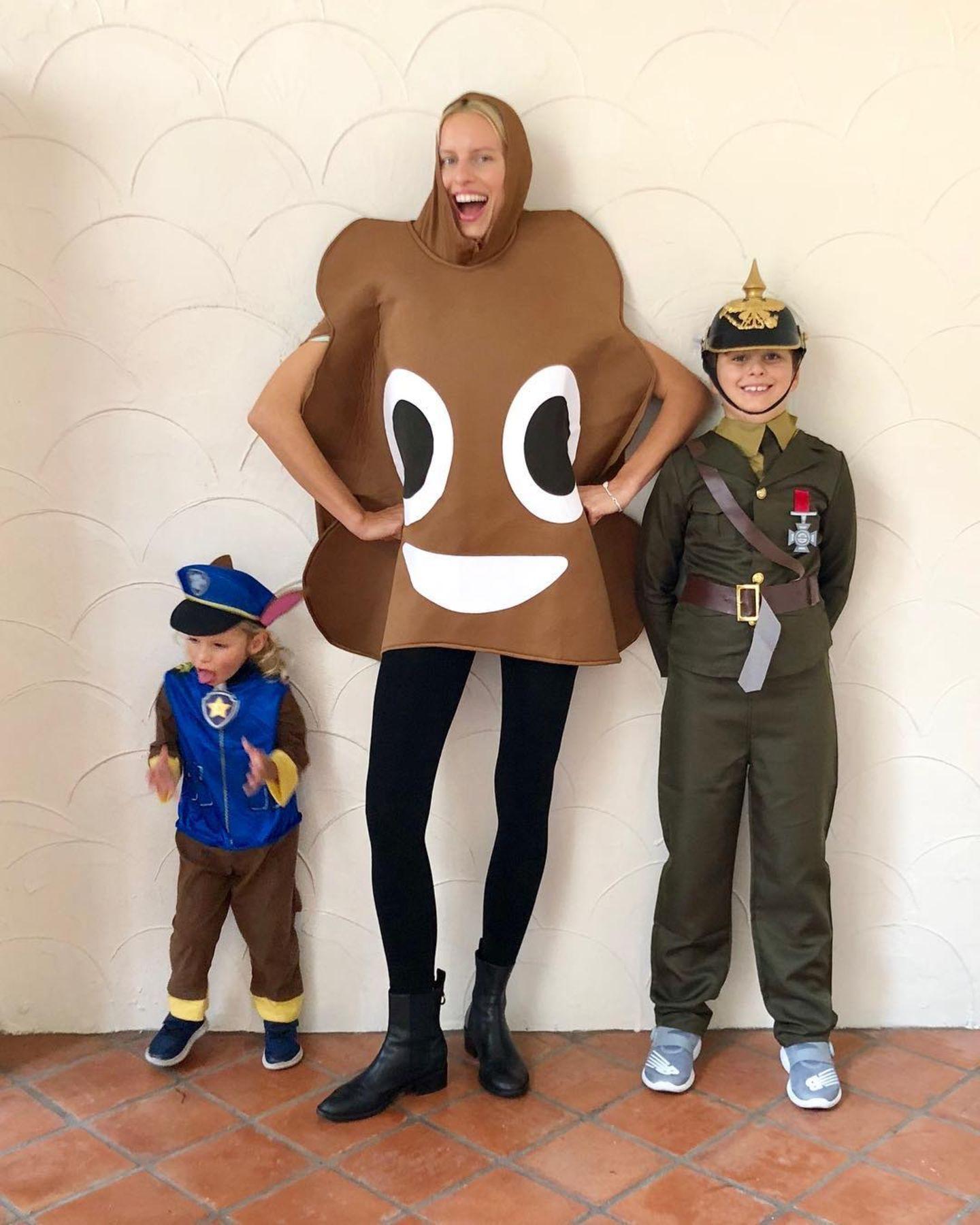 Karolina Kurkova hat mit ihren Söhnen an Halloween so richtig viel Spaß.