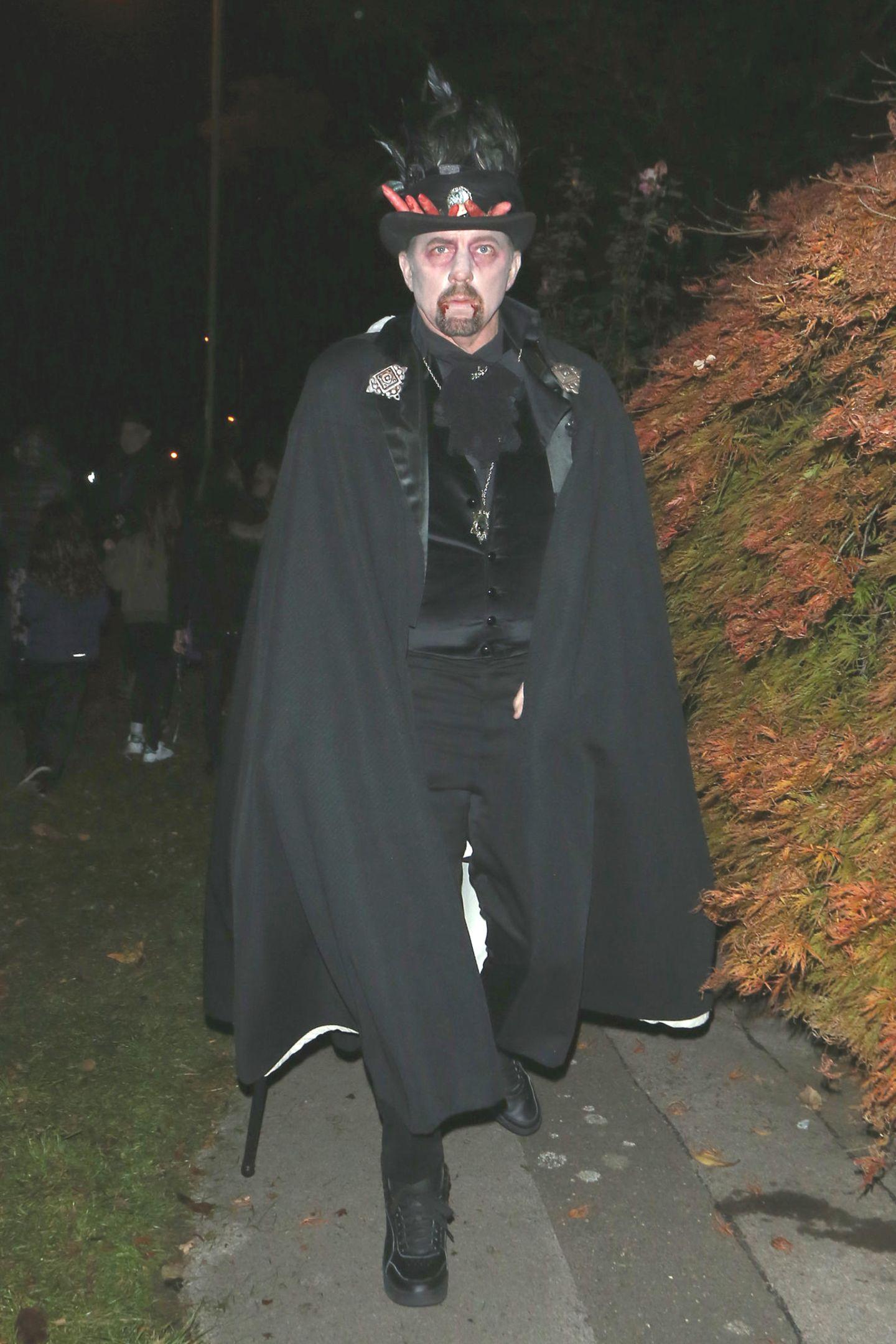 Erkennen Sie diesen Grusel-Grafen, der in London auf dem Weg zu einer Halloween-Party ist? Es ist niemand Geringeres als Boris Becker.