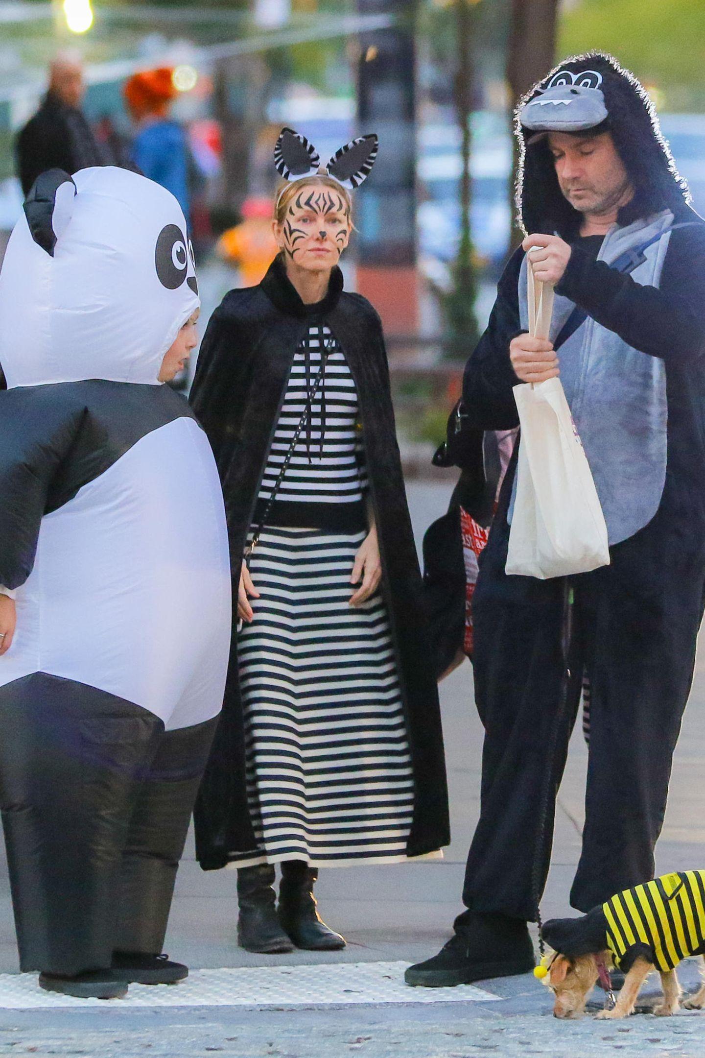 Na, die haben ja richtig gruselige Laune an Halloween. Naomi Watts und Liev Schreiber mit ihrem Sohn Sasha Schreiber auf dem zu einer Halloween-Party in New York. Lustiges Detail: Selbst der kleine Hund der Familie ist als Biene verkleidet.