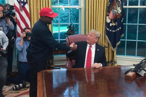 Beim Besuch im Weißen Haus schüttelt Kanye West noch freudestrahlend Trumps Hand