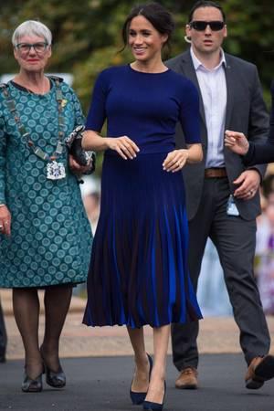Auch in Neuseeland setzt Herzogin Meghan auf Givenchy und auf eine altbewährte Kombination aus einem schlichten Shirt und auffälligem Rock.