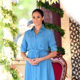 """Zu einem Termin an der Tupou Universität in Tonga trägtHerzogin Meghan ein himmelblaues T-Shirt-Kleid der US-Designerin Veronica Beard. Das Model """"Cary"""" kostet rund 530 Euro und scheint besonders in prominenten Kreisen ein beliebtes Modell zu sein ..."""