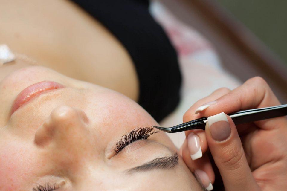 Eine eigentlich harmlose Wimpernverlängerung kostete einer Britin fast das Augenlicht