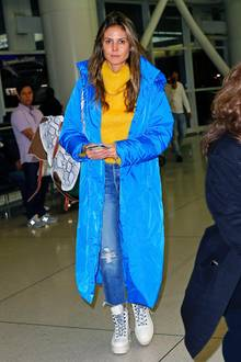 Etwas durchgefeiert und ganz ohne Make-upbringt Heidi mit sportlich frischem Blau und Gelb aber zumindest etwas Schwung in ihren After-Halloween-Look.