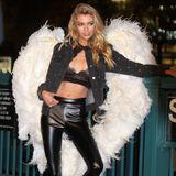 """Stella Maxwell ist der zweite Engel des Tages. Sie darf die berühmten Flügel ebenfalls """"vortesten"""" und damit für die Kameras posieren."""
