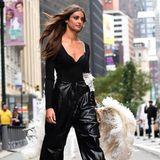 """Besonders spannend wird es vor dem """"Victoria's Secret""""-Gebäude als Taylor Hill mit Flügeln herauskommt und auf der Straße eine kleine Show hinlegt."""