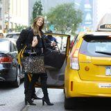 Auch wenn sie aus dem deutschen Diepholz kommt, weiß Lorena Rae, wie sie am besten durch New Yorks Straßen kommt. Mit dem Taxi lässt sie sich von ihren allerersten Fittings abholen.