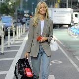 Frida Aasen bringt dienorwegische Coolness mit nach New York. Ihre Kombination aus Mom-Jeans und Karo-Blazer ist lässig und schick zugleich.