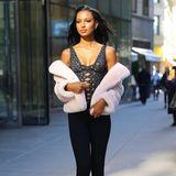 Jasmine Tookes wird bereits mit 15 Jahren als Model entdeckt. Nur sechs Jahre später landet sie dann auf dem Catwalk von Victoria's Secret. DieAnproben kennt sie daher schon seit 2012. In diesem Jahr wählt sie für den spannenden Termin einen geschnürten Body, der glatt auch zu ihrem Laufsteg-Look gehören könnte.