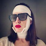Autsch, schaut aus wie eine missglückte Zahn-Op. Anne Hathaway zeigt sich auf ihrem Instagram-Account mit einer Bandage um den Kopf. Dafür allerdings knallroten Lippenstift dazu.