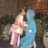 Gisele Bündchen und Tochter Vivian geben sich an Halloween als bunte Einhörner verkleidet viel Liebe.