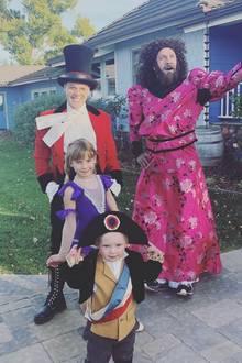 Ja, sind wir hier imZirkus? Sängerin Pink hat sich mit ihrer Familie in die buntesten Kostüme geworfen.