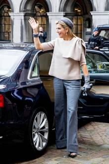Máxima beherrscht den glamourösen Auftritt besser als mancher Hollywoodstar. Obwohl die Ehefrau von König Willem-Alexander zurückhaltende Farbtöne gewählt hat, fällt ihr Lookdurch die körperfernen Schnitte der Kleidung direkt ins Auge.
