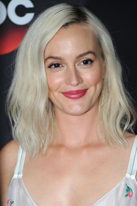Leighton Meesters Experiment, auf helles Haar zu wechseln, gelingt der Schauspielerin zwar bestens, ist jedoch nicht von langer Dauer. Überrascht sie im April 2018 noch mit einem Platinumblond, kehrt sie wenige Monate später schon zu ihren (Haar-)Wurzeln zurück.
