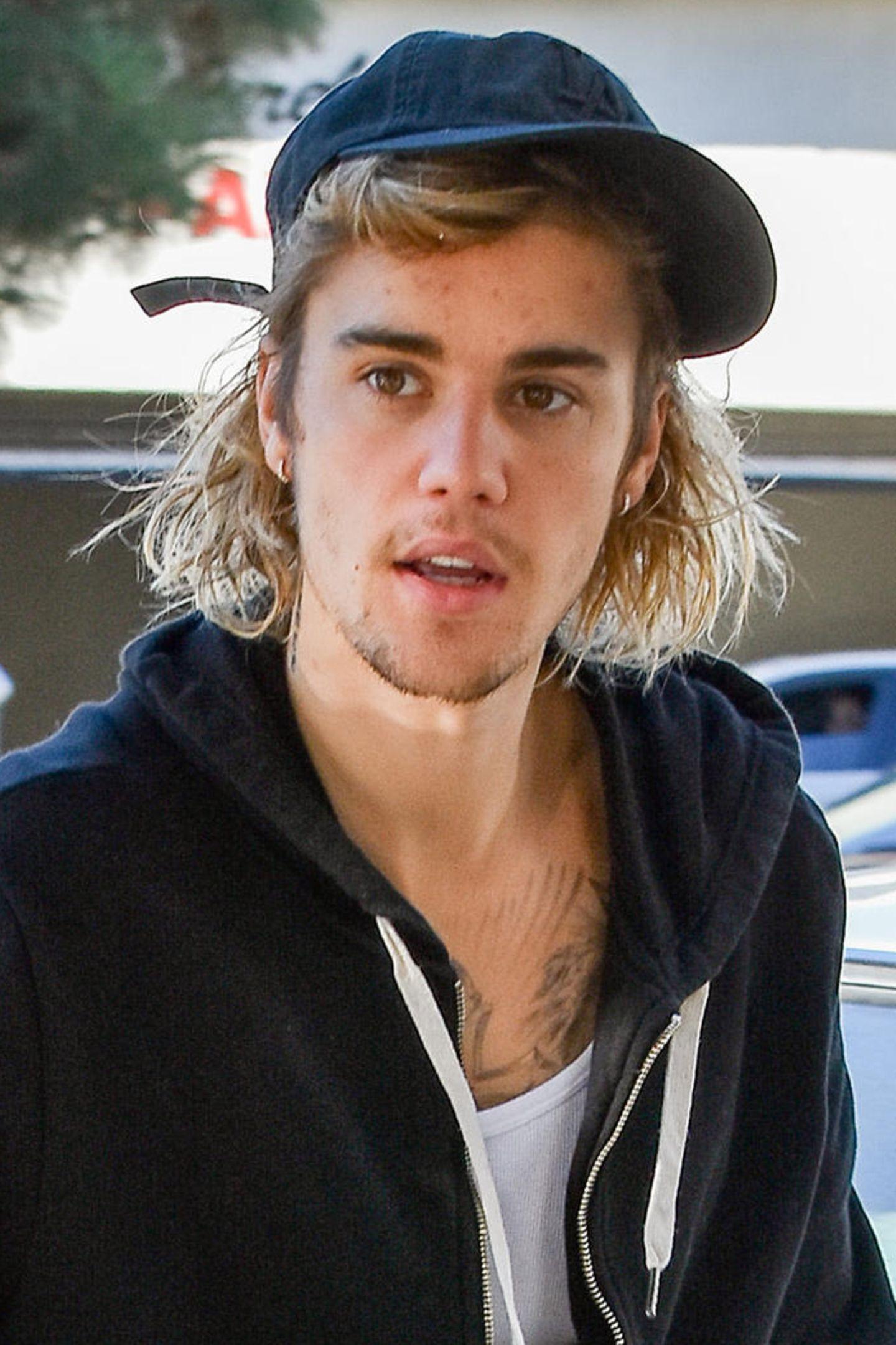 Monatelang ließ Justin Bieber sein Haar einfach wuchern. Schneiden? Pflegen? Das war nichts für den Popstar. Lieber versteckte er seine Zotteln (so gut es ging) unter einer Cap.