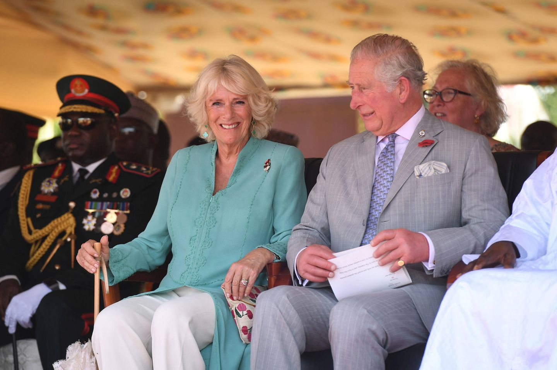 1. November 2018  Bei der Willkommenszeremonie bei ihrem Besuch in Gambia sind Herzogin Camilla und Prinz Charles bestens gelaunt.