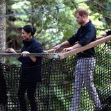 31. Oktober 2018  Bei ihrem Besuch in Neuseeland machen Herzogin Meghan und Prinz Harry einen Spaziergang durch einen Wald mit Mammutbäumen. Vorsichtig marschiert das Pärchen über eine Hängebrücke.