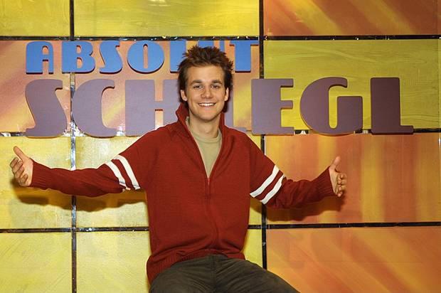"""Tobias Schlegel hat die Talkshow """"Absolut Schlegl"""" Anfang 2002 auf ProSieben moderiert. Über das Jahr ist die Sendung wegen niedriger Einschaltquoten leider nicht gekommen, im November ist bereits Schluss."""