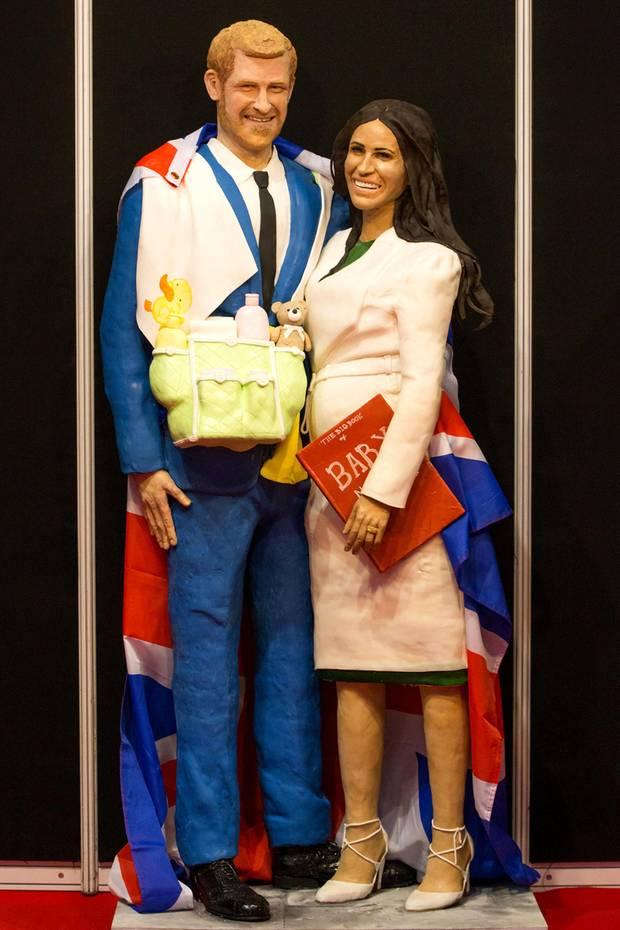 """So zuckersüß haben wir Prinz Harry und seine Meghan noch nie gesehen: Bei der """"Cake International""""-Backmesse in Birmingham wird das Paar als lebensgroße Torte ausgestellt - Inklusive Babybauch und Babyutensilien."""