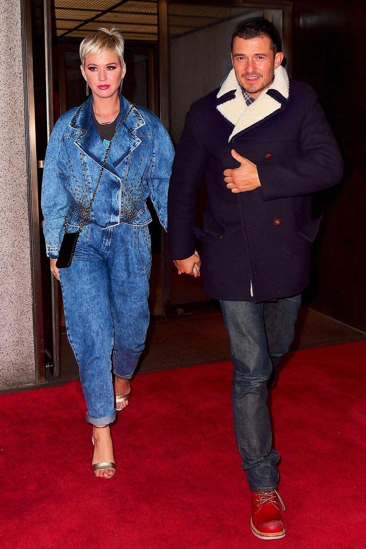 Katy Perry will mit ihrem Denim-Date-Look zurück in die Achtziger, Orlando Bloom bleibt mit Karohemd, Jeans und dicker Winterjacke in der heutigen Zeit.