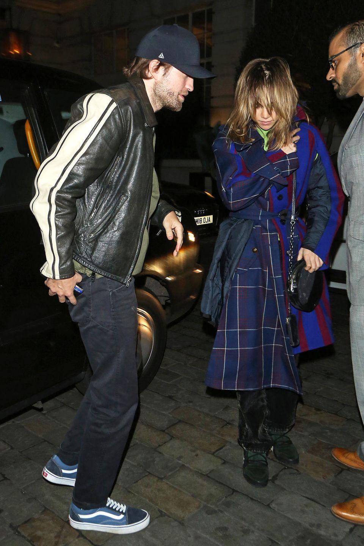 Als Pärchen sind Robert Pattinson und Suki Waterhouse nicht gerade kamerafreudig, komisch dass ihr Date-Look im Normalo-Style die Paparazzi überhaupt angelockt hat.