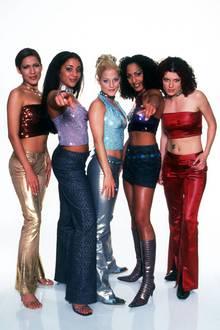 """In 2000 wird die erste """"Popstars""""-Band gecastet. Mit Erfolg! Alle scheinen die No Angels zu lieben. Ihr erster Song """"Daylight in Your Eyes"""" erobert sofort die Charts. Vor allem weibliche Fans hören den Hit rauf und runter und tauschen sich darüber aus, wer von Vanessa, Nadja, Sandy, Jessica und Lucy denn nun ihr Favorit ist. Im November 2003 dann der Schock: Die Band löst sich auf."""