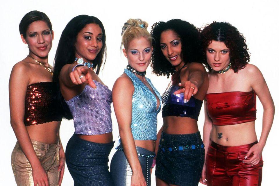 """Im Jahr 2000 wird die erste """"Popstars""""-Band gecastet. Mit Erfolg! Alle scheinen die No Angels zu lieben. Ihre Songs erobern sofort die Charts. Vor allem weibliche Fans hören die Hits der Engelrauf und runter und tauschen sich darüber aus, wer von Vanessa, Nadja, Sandy, Jessica und Lucy denn nun ihr Favorit ist. Im November 2003 dann der Schock: Die Band löst sich auf. Zum 20-jährigen Jubiläum von """"Daylight in Your Eyes"""" feiern vier von fünf Engeln jetzt ein fulminantes Comeback..."""