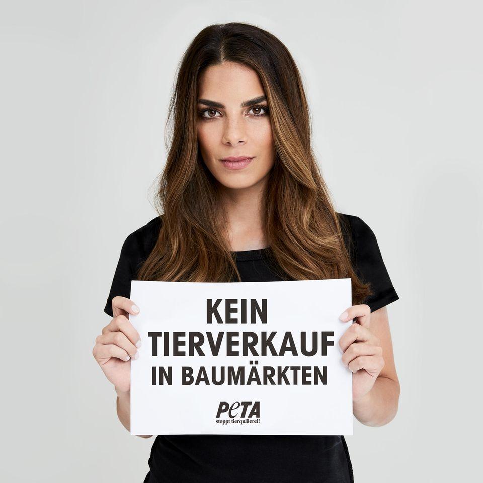 """Die deutsche Schauspielerin Lilli Hollunder appelliert in der PETA-Kampagne: """"Kein Tierverkauf in Baumärkten""""."""