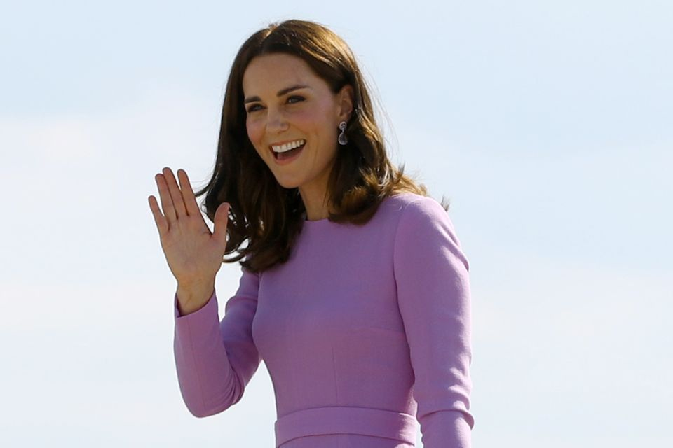 Herzogin Catherine und Prinzessin Charlotte winken kurz bevor sie ins Flugzeug steigen.