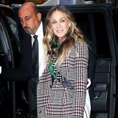 """Die blauen Glitzer-Heels aus Sarah Jessica Parkers eigener Schuhkollektion """"SJP Collection"""" dürften auch ganz nach dem Geschmack ihrer ikonischen TV-Rolle Carrie Bradshaw sein."""