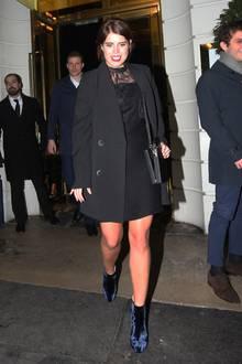 """Ihren ersten Party-Auftritt nach der Hochzeit feiert Prinzessin Eugenie im kleinen Schwarzen mit Spitze und auffälligen blauen Samt-Bootsbeim Casamigos-Event in London. Aber wo ist ihr frischangetrauter Ehemann Jack Brooksbank? Schließlich ist er Markenbotschafter von """"Casamigos"""", der Tequila-Marke von George Clooney."""