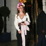 Jack ist nirgendwo zu sehen, dafür aber Eugenies Schwester Prinzessin Beatrice, die im schwarz-weißen Abendkleid mit Pailletten-Applikation und Blumen im Haar hinter ihr das Isabel Mayfair Restaurant verlässt.