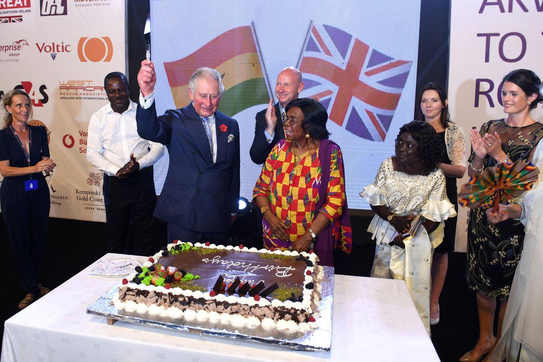 2. November 2018  Prinz Charles wird zwar erst am 14. November 70 Jahre alt, bei seinem Staatsbesuch in Ghana lässt er sich mit prachtvoller Schokotorte aber trotzdem schon mal feiern.