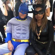 """""""Kopf hoch, Batman, wir müssen die Welt retten!"""" Jennifer Hudson versucht als Catwoman ihren etwas müden Superhelden-Kollegen Batman alias Blake Shelton aufzumuntern."""