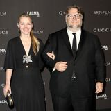 Regisseur Guillermo del Toro ist einer der Ehrenpreisträger der LACMA-Gala und hat sich zusammen mit seiner Freundin Kim Morgan für eleganten Partnerlook in Schwarz entschieden.