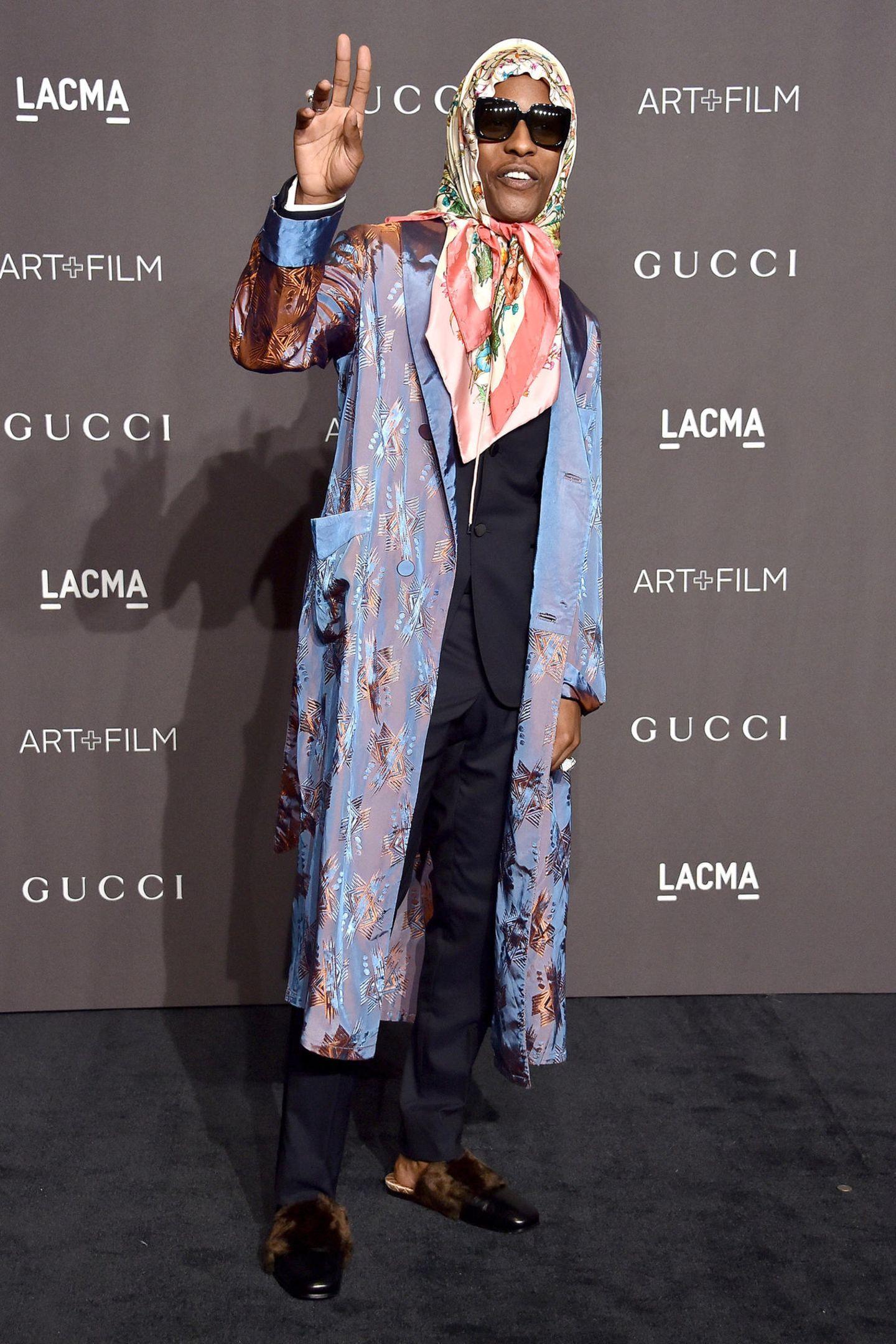 Verspätetes Halloween-Kostüm? Im Morgenmantel-Look erinnert Rapper Asap Rocky doch stark an ein Großmütterchen.