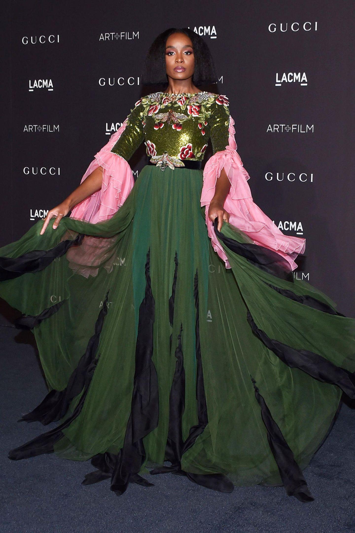 Schauspielerin Kiki Layne sorgt im ausladenden Gucci-Kleid für Aufsehen.