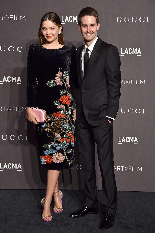 Der Anblick von Miranda Kerrs aufwendig besticktem Samtkleid bringt nicht nur ihren Mann Evan Spiegel zum Strahlen.