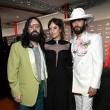 Zu Dakotas Rechten und Linken haben sich Guccis Creative Director Alessandro Michele und Jared Leto aber auch mächtig rausgeputzt.